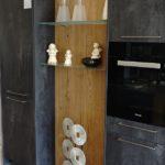 Küche in Spachtelbeton Graphit mit Alteiche natur, Hochschränke eingekoffert