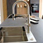 Küche in Betonlook mit Altholz Natur/Solenta Armatur in Edelstahlfinish