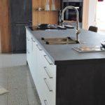 Küche Spachtelbeton Graphit und Weiß matt, freistehende Kochinsel und Spülinsel